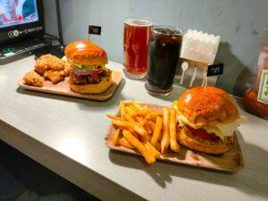 忠孝新生美食。TakeOut Burger&Cafe  慵懶貓咪相伴的美味漢堡
